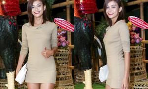Mâu Thủy e thẹn tạo dáng vì váy quá ngắn