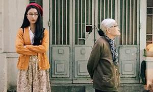 Sao Việt 23/11: Quỳnh Anh Shyn gây tranh cãi vì ảnh 'liếc xéo' cụ bà