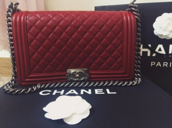 """Việc khoe nhiều hàng hiệu của Angela Phương Trinh làm dấy lên nhiều nghi ngờ cô nàng xài hàng fake. Chiếc cluch màu đỏ thương hiệu Chanel mà """"bà mẹ nhí"""" mua vào cuối tháng 8 gây nhiều tranh cãi về tin đồn hàng nhái. Phương Trinh phải đănghoá đơn mua chiếc túi kèm lời chú thích""""Thanh giả tự thanh""""ngầm ý đáp trả những ý kiến chỉ trích vô căn cứ."""