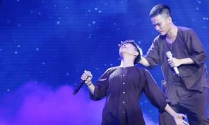 Quang Anh 'Voice nhí' bật khóc trên sân khấu