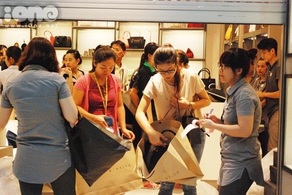 Black Friday - Ngày thứ sáu đen tối - là dịp để các tín đồ thời trang thỏa sức shopping với các mặt hàng giảm từ 30-70%