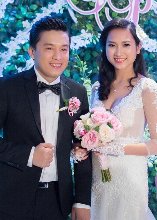 Sau đám cưới, họ tổ chức tiệc cưới dành cho bạn bè tại một nhà hàng sang trọng nằm ở cao ốc trung tâm quận 1, TP HCM. Lam Trường và Yến Phương đều trông hạnh phúc, rạng rỡ trong ngày trọng đại.