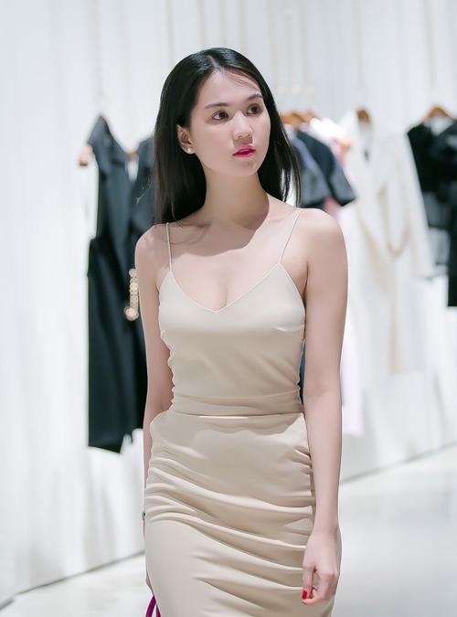 'Búp bê 9x' diện váy dây, khoe vẻ sexy và làn da nuột nà nhờ được tắm trắng, chăm sóc thường xuyên.