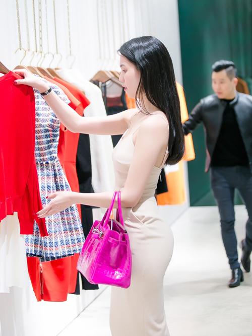 Ngọc Trinh luôn biết chọn những bộ cánh tôn đường cong hiệu quả, đặc biệt là 'vòng ba tự nhiên đẹp nhất showbiz Việt' khiến cô rất tự hào.