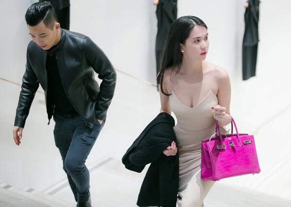 Người đẹp nổi bật với túi xách hàng hiệu màu hồng, trị giá 1 tỷ đồng. Ông bầu Vũ Khắc Tiệp bên cạnh cô trong mọi hoạt động.
