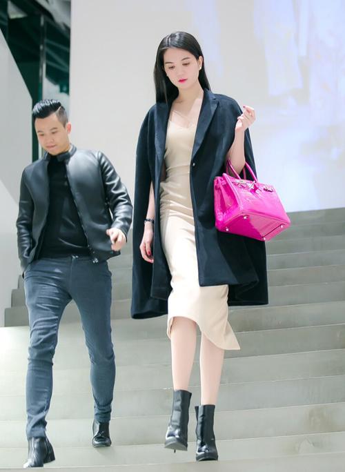Ngọc Trinh cho biết, cô đã mua được vài bộ trang phục lộng lẫy, chuẩn bị tham dự đêm trao giải 'Ngôi sao của năm 2014' diễn ra tại Phú Quốc vào ngày 18/12 tới.
