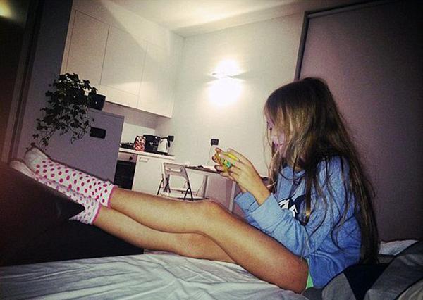 """Mới đây, cái tên Kristina Pimenova trở thành đề tài bàn tán hot trên mạng xã hội. Bên cạnh nhưng lời xuýt xoa khen ngợi cô bé là siêu mẫu nhí hot nhất hành tinh, không ít người chỉ trích bố mẹ của Kristina khi đưa hình ảnh con gái mặc quần chẽn bó ngắn cũn khoe đôi chân dài là """"sexy không hợp tuổi""""."""