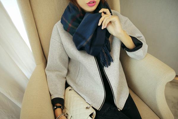 1. Choàng đan xéo Gấp đôi khăn lại, choàng qua cổ, sau đó luồn chéo khăn vào bên trong lọng.