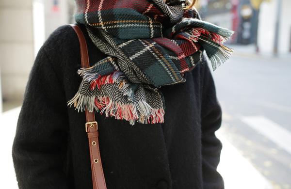 3. Thắt nútVòng khăn qua cổ một vòng, sau đó buộc thắt lại bên dưới. Nới lỏng khăn ra để tạo dáng cho điệu đà.