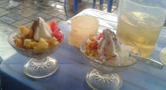 Kem trái cây và kem ngũ sắc hấp dẫn của quán. Ảnh: Hoàng Blue