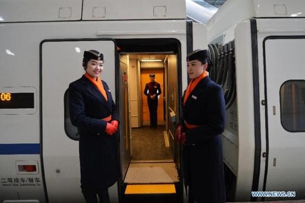 , tuyến đường sắt cao tốc Lanxin dài 1.776 km nối giữa thành phố Lan Châu, thủ phủ tỉnh Cam Túc, với thành phố Urumqi, thủ phủ khu tự trị Tân Cương.