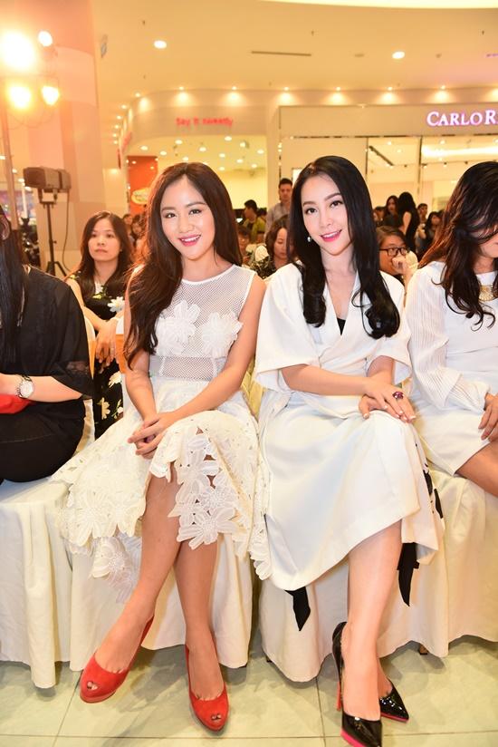 Văn Mai Hương với đầm trắng trẻ trung thông qua những họa tiết trên áo cầu kỳ. Linh Nga chọn đầm trắng đơn giản nhưng vẫn sang trọng.