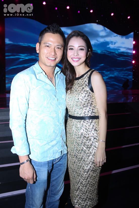 Jennifer Phạm vô cùng bất ngờ khi chồng xuất hiện cổ vũ cho cô trong đêm thi.