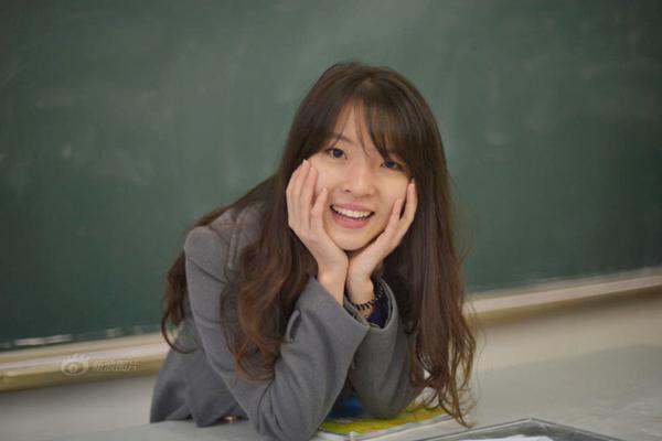 """Mới đây, cộng đồng mạng Trung Quốc lại """"sôi sục"""" trước những hình ảnh xinh đẹp của cô giáo  tiếng Anh xinh đẹp trường trung học số 8 Trùng Khánh. Cô giáo tên Phạm Gia Lộ, 22 tuổi, là cựu học sinh của trường trung học số 8, trở về trường làm giáo viên sau khi tốt nghiệp ĐH Lâm nghiệp Bắc Kinh."""