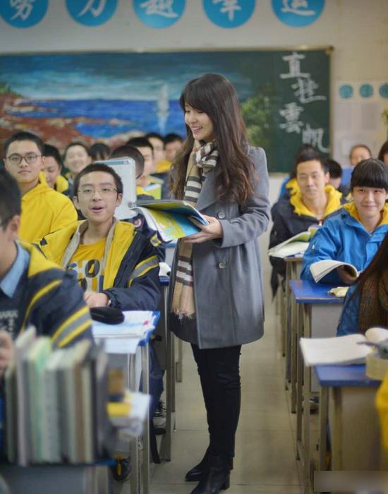 Cô giáo Phạm thường cho học sinh xem phim, nghe nhạc tiếng Anh để học thêm, đồng thời khiến bầu không khí trong lớp cuốn hút hơn, khích lệ các em luyện khẩu ngữ. Nhờ vậy, thành tích thi học kỳ môn tiếng Anh của lớp đứng đầu toàn khối.