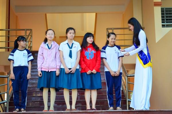 Tại chương trình, Diễm Trang cũng trao5 suất học bổng cho các nữ sinh vượt khó học giỏi của trường.