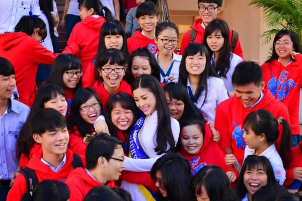 Sau khi buổi giao lưu kết thúc,hàng trăm em học sinh ùa lên sân khấu để được bắt tay, chào hỏi và chụp ảnh lưu niệm cùng Á hậu Việt Nam 2014.