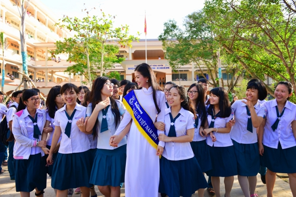 Diễm Trang tỏ ra vô cùng thân thiện và cởi mở trước sự yêu mến của đàn em dù người đẹp thấm mệt, mướt mồ hôi vì trời nắng.