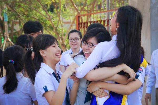 Một bạn nữ còn ôm chặt bày tỏ tình cảm ngưỡng mộ dành cho đàn chị.