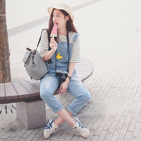 Pimtha là hot girl thường xuyên được nhắc đến với ngoại hình và gu ăn mặc hợp thời không kém ngôi sao Hàn Quốc.