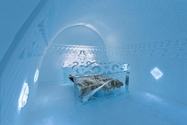 Phòng Borderland lấy cảm hứng từ nghệ thuật dân gian, mô phỏng những ngôi nhà gỗ đặc trưng   của vùng bắc Ai-len. Chiếc giường bằng băng trong suốt tuyệt đẹp như hình ảnh trong phim cổ   tích.
