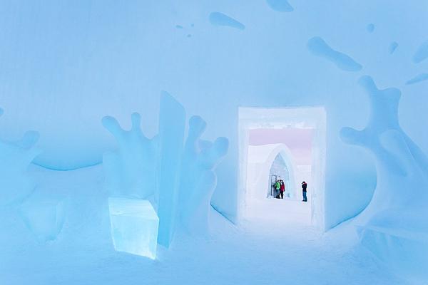 Khách sạn băng (Icehotel) là một khách sạn tại làng Jukkasjarvi, Thụy Điển, được dựng nên từ   tháng 11 đến tháng 3 hàng năm. Đây là khách sạn băng đầu tiên trên thế giới, mở cửa lần đầu   vào năm 1990. Mới đây, trong dịp mở cửa lần thứ 25 của mình, 42 nghệ sĩ từ khắp thế giới đã   được mời đến để sáng tạo nên một khách sạn đẹp mê ly cho du khách.