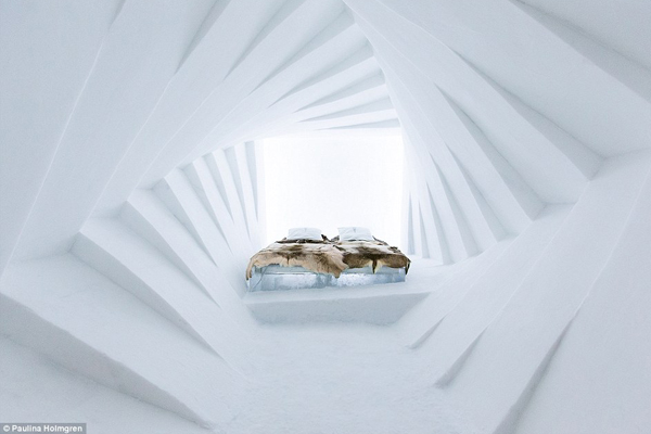 Căn phòng ấm áp này được chế tác với 12 khung xô lệch tạo ảo giác kéo dài bất tận.