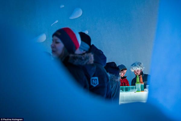 Du khách ưa mạo hiểm cũng có thể chơi trượt tuyết hay thử lái xe chó kéo. Khách sạn băng sẽ mở cửa vào ngày 20/12 và đóng cửa vào tháng 3 khi nó tan chảy.