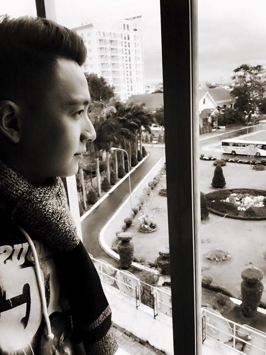 """Ngô Kiến Huy suy tư bên khung cửa sổ: """"Hạnh phúc đôi khi đơn giản lắm đó là chấp nhận và hài lòng với những gì mình có"""