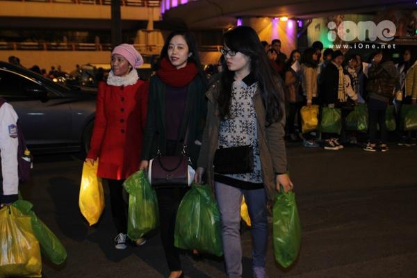 Rạng sáng 21/12, Chương trình Noel trắng phát quà cho trẻ em bán hàng rong và người vô gia cư là một chương trình từ thiện thường niên của các bạn trẻ trong tổ chức siêu nhí siêu hành động