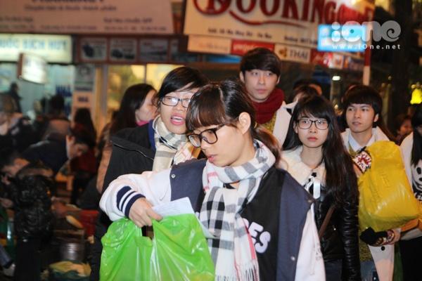Từ sớm, các bạn trẻ đã tập trung để tận tay chuẩn bị từng túi quà cho các mảnh đời vô gia cư.