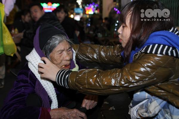 Một bà cụ bán hàng rong móm mém cảm ơn đến những tấm lòng hảo tâm của các bạn trẻ.