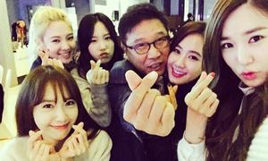 Sao Hàn 21/12: 'Bố già' Lee Soo Man áp má kề vai với SNSD