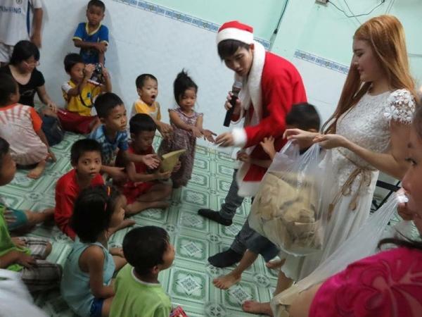 Những phần quà nhỏ được Lilly Luta gói cẩn thận và trao tận tay cho các em.