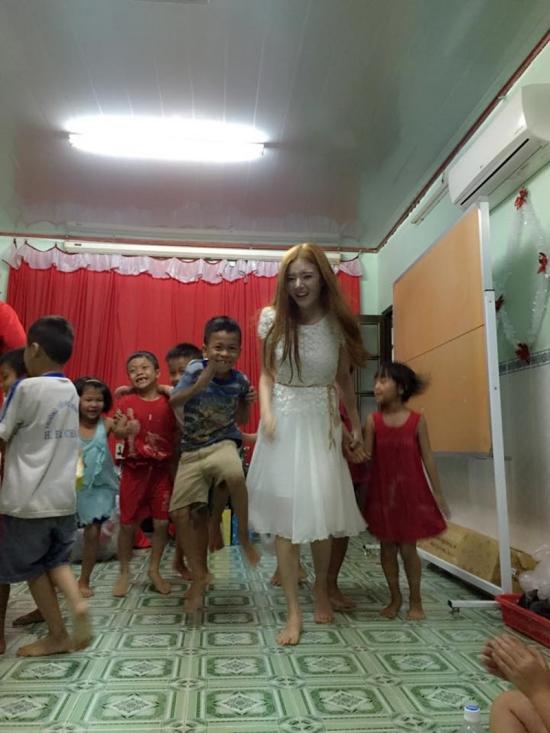 Mọi người cùng nhau chơi những trò chơi tập thể khiến cả căn nhà chật chội chứa hơn 30 em rộn ràng tiếng cười.