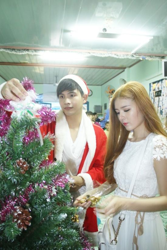 Hot girl cùng Lưu Quang Anh tự tay trang trí cây thông để mang đến một không khí Noel ấm cúng hơn cho các em nhỏ tại mái ấm