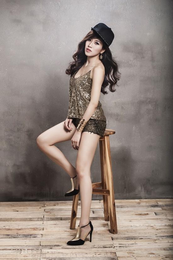 """Trong MV """"Tốc Độ"""", có một số cảnh đua xe đẹp mắt trong phim """"Tốc Độ và Đường Cong"""" và cảnh Trang Pháp tham gia diễn xuất với vai khách mời.  Sau khi giới thiệu MV """"Tốc Độ"""", Trang Pháp tiếp tục bắt tay hoàn thành sản phẩm kết hợp cùng phía Hàn Quốc. Đây hứa hẹn sẽ là dự án mang đến rất nhiều bất ngờ và thú vị cho khán giả."""