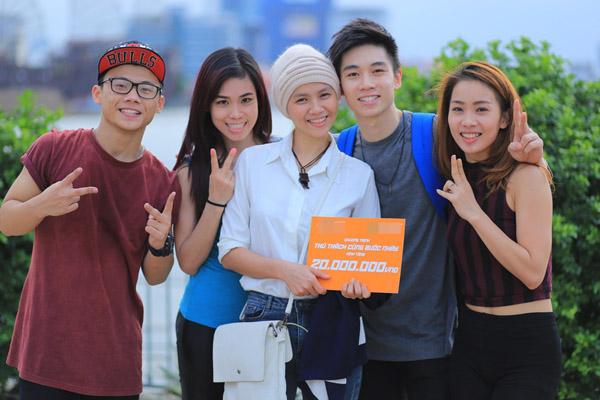 Sơn Lâm, Đức Tiến, Phạm Lịch và Xuân Thảo còn đại diện ban tổ chức chương trình Thử thách cùng bước nhảy trao tặng 20 triệu đồng đến Ngọc Nữ và gia đình để cô có kinh phí điều trị căn bệnh hiểm nghèo.