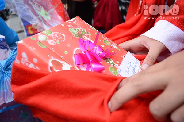 Dịch vụ trao quà Noel thường đắt khách vào thời điểm 23-24/12 hằng năm nhưng trước đó nhiều ngày, đã có nhiều ông già Noel xuống phố trao quà cho các em nhỏ, tại các gia đình, cơ quan, trường học...