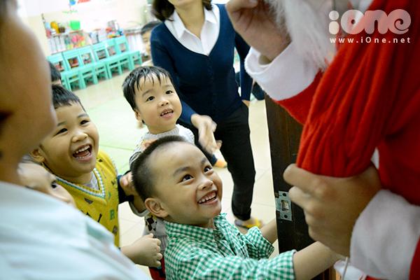 Niềm vui của các em nhỏ ở một trường mẫu giáo khi nhìn thấy ông già Noel. Các em nhỏ hò reo: Ông già Noel! Ông già Noel!, vẫy tay liên tục.
