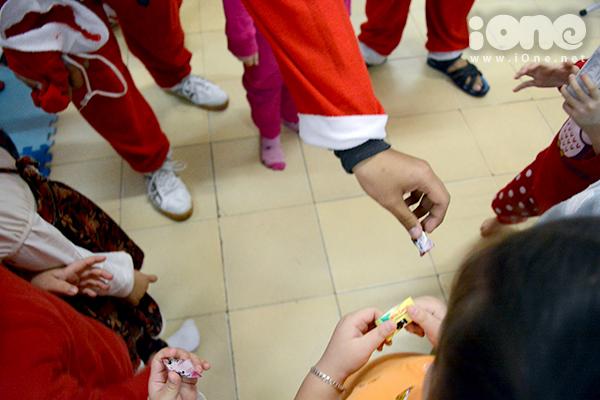Những túi kẹo được các ông già Noel đựng trong các túi nhỏ màu đỏ, phát miễn phí cho các em nhỏ.
