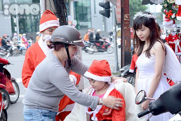 Một bạn nữ khoác bộ quần áo thiên thần từ Hội Noel, khoa QTKD, ĐH Kinh tế Đà Nẵng. Dù trời lạnh, trang phục mỏng nhưng bạn gái này luôn nở nụ cười tươi.