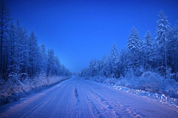 """Con đường duy nhất dẫn đến Oymyakon. Cái tên Oymyakon nghĩa là """"nước không đóng băng"""" , được đặt theo suối nước nóng gần đó. Phải mất thời gian hai ngày để lái xe từ Yakutsk, thủ phủ của Cộng hòa Sakha, đến Oymyakon."""