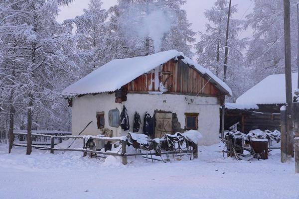 Do chỉ cách vòng cực Bắc 350 km nên Oymyakon có khí hậu cận cực, lạnh lẽo vô cùng vào mùa đông. Nhiệt độ kỉ lục ở đây được đo là - 67,7 độ C vào năm 1933. Mùa hè nhiệt độ có tăng đáng kể nhưng rất ngắn ngủi.