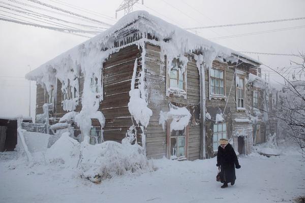 Cả làng chỉ có một ngôi trường và khi nhiệt độ ngoài trời xuống tới - 52 độ C thì học sinh mới được nghỉ học.