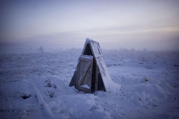 """Nền đất bị đóng băng gây khó khăn cho việc lắp đặt đường ống nước trong nhà, vì thế nhà vệ sinh ở đây phải được xây ngoài trời. Đất đông cứng cũng khiến dân làng mất đến ba ngày để đốt than đá """"rã đông"""" rồi mới đào được huyệt chôn cất người quá cố."""