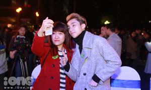 Sơn Tùng thân thiện selfie cùng fan Hà Nội