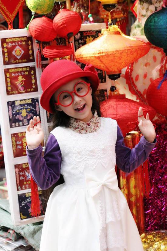 Bảo Hân rất thích mặc những đồ kiểu tiểu thư cá tính, màu bé yêu thích là màu trắng, hồng và tím. Khi mặc những bộ váy tiểu thư, bé thường kết hợp thêm nhũng mẫu áo khoác bò vô cùng cá tính và thời trang.