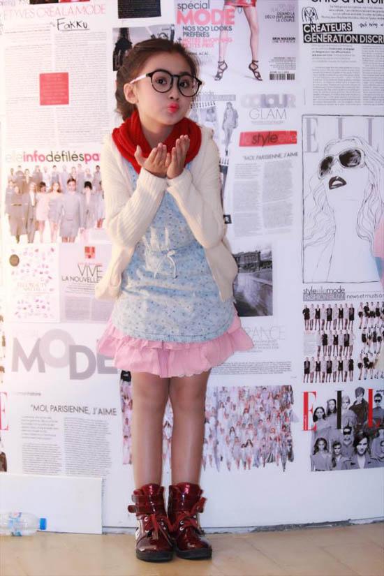 """Bé Bảo Hân bắt đầu đi diễn thời trang từ khi 3 tuổi, khi bé được 4 tuổi bé bắt đầu tham gia những Show lớn của các nhãn hàng nổi tiếng, các bộ sưu tập của các Nhà thiết kế trong nước tại các kỳ triển lãm. Bảo Hân là gương mặt được yêu thích trong các sản phẩm thời trang thiếu nhi.Ngay từ khi còn bé tí, Bảo Hânđã bộc lộ thiên hướng và sựyêu thích thời trang. Các trang phục của bé mặc đi diễn cũng như đi học đều là do bé tự lựa chọn. Thậm chí, Bảo Hân còn tư vấn cách ăn mặc cho cả ba và mẹ"""", mẹ Bảo Hân chia sẻ."""