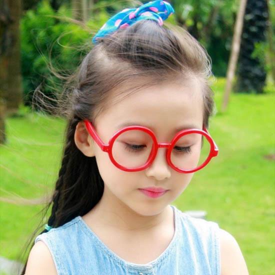 """Ngay từ khi còn bé tí, Bảo Hân đã bộc lộ thiên hướng và sự yêu thích thời trang. Các trang phục của bé mặc đi diễn cũng như đi học đều là do bé tự lựa chọn. Thậm chí, Bảo Hân còn tư vấn cách ăn mặc cho cả ba và mẹ"""", mẹ Bảo Hân chia sẻ."""